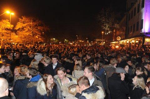 Liv og røre: Ordfører Bjørn Ole Gleditsch ønsker flere mennesker i sentrum. Her fra nyttårsfeiringen for to år siden ved brygga.