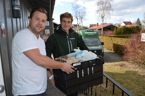 Stig Hvorup får matkasse levert av Tobias Siomnes i Marked.no