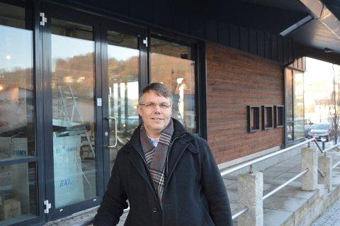 GLEDER SEG TIL NYE LOKALER: Mandag 27. februar åpner apoteker Bror-Lennart Mentzoni i skråbygget i Kilen. Det blir ny inngang mot høyblokka.
