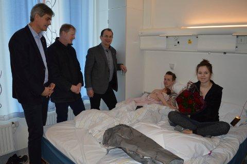 TRE MENN PÅ VISITT: Bjørn Ole Gleditsch (f.v.), Erlend Larsen og Bjarne Sommerstad ga blomster og pengegave til Dennis Løvseth og Hilde Marita Sørvåg med babyen Ella Sophie.