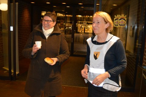 FØRSTE DAG PÅ NYTT STED: Inger Solberg (t.v.) ønskes velkommen med kaffe og boller av Lise Tanum Aulie.