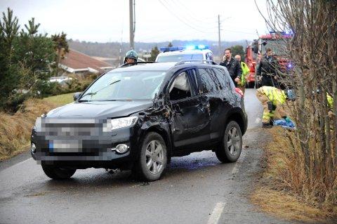 KRAFTIG SMELL: Bilen bærer preg av et kraftig smell. Politiets teknikere og Statens vegvesens ulykkesgruppe er sendt til stedet.
