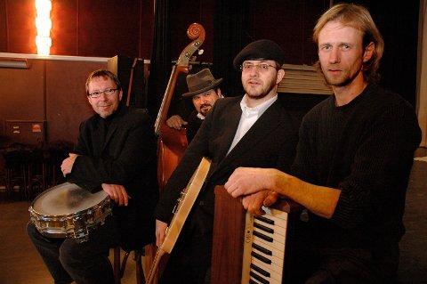 SPILLER IGJEN: Slik så Backyard Blues Band-gjengen ut i 2005. Siden har det vært noen sporadiske opptredener, og nå er de tilbake igjen. F.v. Åge Thorvaldsen, Dag Almar Hansen, Tom Johansen og Tom Nalum.
