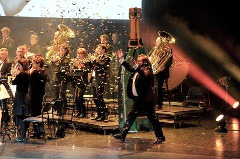 GOD STEMNING: Konferansier Lasse Vermeli og Sandefjord Musikkorps utførte Champagnegaloppen.