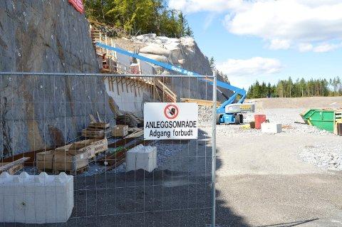 HULL I FJELLET: Steen Lund er det eneste firmaet i aktivitet på Ikea-tomta nå. De tetter et stort hull i fjellet mot vest med betongvegg.