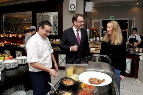 Best i Vestfold: Frokostansvarlig Rui Estevao,hotelldirektør Thomas Ødegård og gjest Cecilia Olsen trives i frokostsalen til Scandic Park Hotel Sandefjord.
