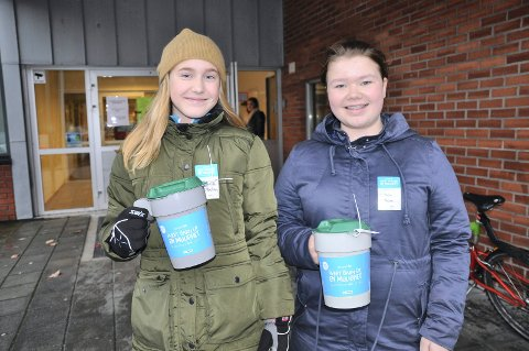 UTE MED BØSSENE: Victoria Lillelien og Malin Bakke er ute og samler inn penger til Unicef. Dette er årets bøsser - med riktig emblem.