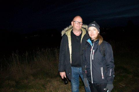 NY LETEDAG: Marthin og Egle Gaasholt er på vei ut i skogen for å lete etter Kylie onsdag ettermiddag. De har god hjelp fra medlemmer i FB-gruppa «Med hjerte for hunder på rømmen reserveløsning».