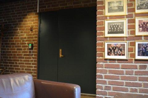 BAK LUKKEDE DØRER: De 19 politikerne ble gitt råd om hvordan de bør forholde seg til prosessen videre av advokat Jan Fougner i lukkede formannskapsmøter 16. og 23. mai.