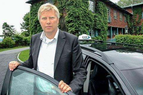 TAXISJEF: Erik Horn, daglig leder i Vestfold Taxi, forsikrer at det er nulltoleranse for røyking i bilene.