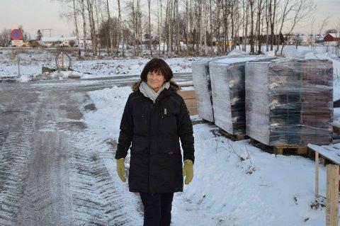 HAR FORVENTNINGER: Elisabeth Frednes ser fram til at byggingen av boligene kommer i gang i skogholtet i bakgrunnen.