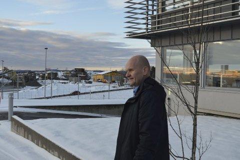 SKATT SØR: Fylkesordfører Rune Hogsnes (H), her ved Wood Group Mustangs kontorer ved E18 på Fokserød Sør, ber statsråden stanse skattekontorets etablering i nærheten.