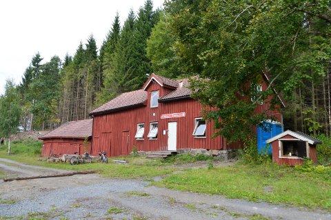 SANITÆRANLEGG: Sandefjord og Oplands Turistforening eier dette bygget ved Goksjø. Til nå har de kun hatt det lille mobile toalettet til høyre på bildet. Nå får de 360.000 kroner til å bygge et nytt sanitæranlegg.