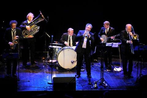 JAZZVETERANER: Røshnes Jazzband består av Knut Rømo (klarinett, f.v.), Hans Magne Enge Hansen (tuba), Knut Georg Stenersen (trommer), Geir Ellefsen (trompet), Johnnie Harper (banjo) og Jørn Johansen (trombone).