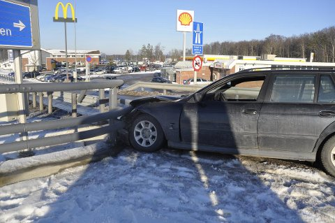 AUTOVERNET: En bil kolliderte med autovernet på Fokserød tirsdag ettermiddag.