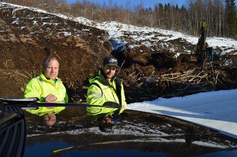 KLARE TIL Å SPRENGE: John-Are Lærum (t.v.) og Jørgen Haugan har brukt den første uka til å rense fjellet. Nå står sprengningsarbeider for tur.