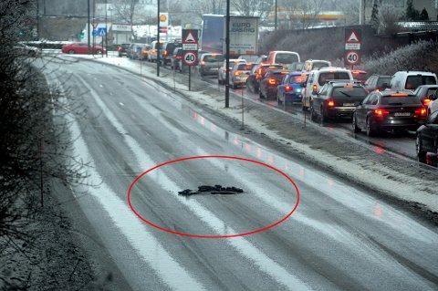 SYNKEHULL: Midt i veien ble det torsdag oppdaget et synkehull. Politiet som kom først til stedet opplyser at det da var omtrent 80 cm bredt.