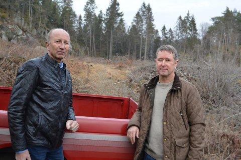 UTÅLMODIGE: Helge Hov i Mestermegling og byggmester Helge Loftum har lange vært klare for å sette igang med prosjektet. Skogen i bakgrunnen ble ryddet for over et år siden.