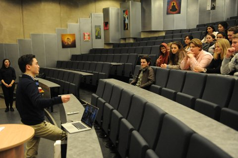 FILM OG DISKUSJON: Albert Hu (18) introduserer temaet for møtet, som denne uka handlet om Kinas rolle i filmindustrien.