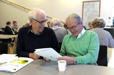 Gamle skolekamerater:  Ivan Monrad Juhl Johannessen (77 til venstre) og Gunnar Kjøll (77) setter veldig pris på kommunens nye satsing på forebyggende tiltak for eldre. Her prater de om løst og fast på Sandefjord Medisinske Senter.(SMS).