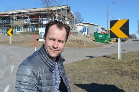 HUNSRØD: Daglig leder Georg Fjeldheim i Alf Larsen AS foran boligene på Ratunet, ved svingen opp mot Fokserød. Her skal de være ferdig til sommeren.