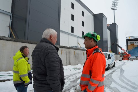 HER BLIR DET STÅPLASSER SNART: Driftssjef Rune Jensen (f.v.)  i Marine Installasjon, prosjektleder Øivind Allum og Veidekkes prosjektleder Sven Hansen diskuterer monteringsarbeidet på Komplett Arena.