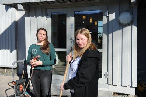KLARE FOR ELEVAKSJON: Ronja Helen Grimsø (t.v.) og Victoria Blikstad er to av elevene som fredag er med på elevaksjonen. Totalt er rundt 90 elever med.