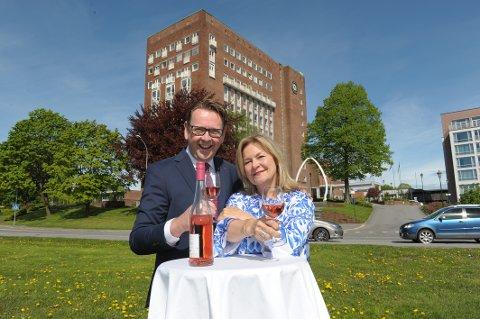 Sommershow: Bettan og administrerende direktør Thomas Ødegård på Scandic Park Sandefjord lover herlig sommerstemning i perioden 29 juni til 15 juli.