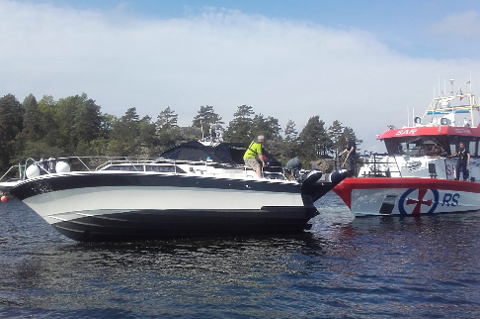 DET GIKK BRA: «Stormbull» hjalp båtføreren til å få cabincruiseren av skjæret i Sandvika.