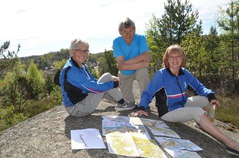 REKORDÅR: Sandefjord Orienteringsklubb har solgt 600 kartpakker denne våren. Ole Bratbakk (fra venstre), Agnes Skarholt og Anne Lise Andreassen i klubbens tur-o-utvalg synes det er moro at interessen er så stor. Her er de på et av utsiktspunktene hvor det ligger en post denne sesongen, på Freberg.