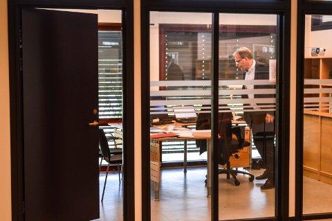 SAKSBEHANDLINGEN RAMMES: Varslersaken fører til mange omprioriteringer i assisterende rådmann Stein Rismyhrs hverdag.