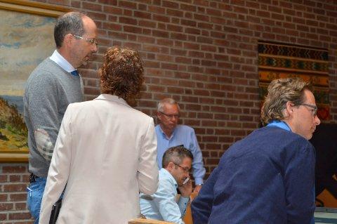 GA RÅD: Advokat Jan Fougner (t.v.) konfererer med Høyres Anne Strømøy etter den enstemmige beslutningen i ekstraordinært formannskap tirsdag formiddag. Midt på bildet partikollegene Tor Steinar Mathiassen (bak), Jan Tore Rui-Haugerød og Anders Sperre.