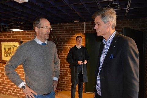 PÅ VEI INN: Advokat Jan Fougner (t.v.) og ordfører Bjørn Ole Gleditsch konfererer rett før møtestart i formannskapssalen tirsdag formiddag.
