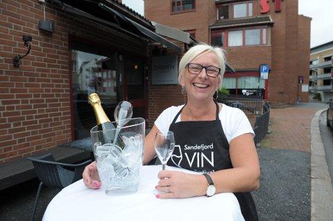 Vin, sang og musikk:  Heidi Schau, daglig leder i Draaben Kulturbar ønsker velkommen til årets vinfestival.