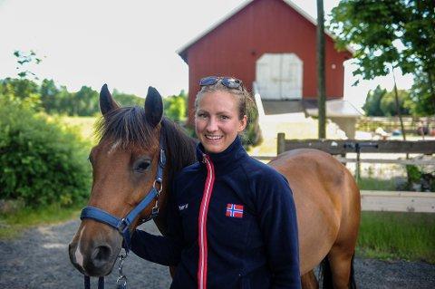 KLAR FOR EM: Henriette Johansen skal delta på EM i Mounted Games i august. Hun er med på det norske stafettlaget, og håper de kan nå A-finalen, der de åtte beste lagene konkurrerer.