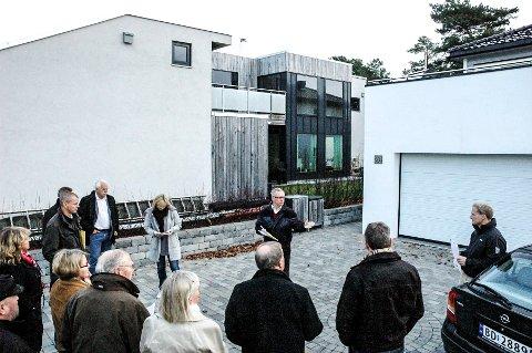 SKAUSTRANDA: I 2011 var det også en tvist om utsikt mellom naboer på Skaustranda ved Lofterød. Politikerne sa da ja til at en innglasset terrasse på huset til høyre. Betingelsen var at glasset skulle være gjennomsiktig, reflekssvakt og ikke tildekkes. I midten bak står utvalgsleder Tor Steinar Mathiassen (H).