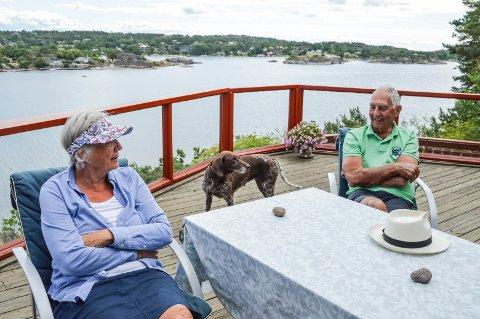 NYTER STILLHETEN: John og Ina Baumann har hatt hytta på Buer siden 90-tallet. Nå blir det stille utenfor terrassen mot Mefjorden.