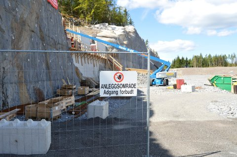 HULL I FJELLET: Steen & Lund er det eneste firmaet som er i aktivitet på Ikea-tomta nå. De tetter et stort hull i fjellet mot vest med en betongvegg.