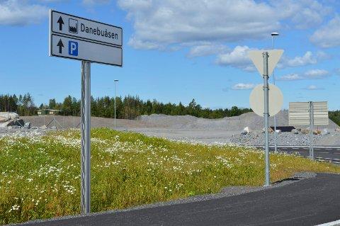 INNKJØRINGEN: Skiltene forteller om hvor Ikea skal bygge. Men det kan fortsatt ta lang tid før et varehus står klart.