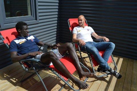 SLAPPER AV: El-Hadji Gana Kane på besøk på terrassen til Øystein Øvtretveit etter dagens treningsøkt.
