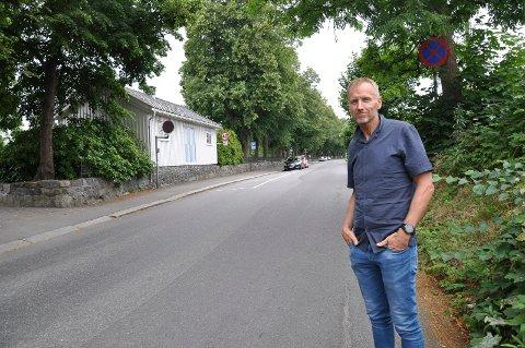 STOR FART: Rune Steinsvik ber publikum være tålmodige og følge vaktenes henvisninger i forbindelse med sykkelfestivalen. Lørdag skal de 150 rytterne blant annet sykle forbi Sandar kirke, kjøre under jernbanen og inn Sandarveien.