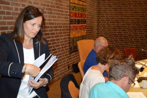 POLITIKERNE FÅR RAPPORTEN: Advokat Heidi Aas Larsen deler ut den nærmere 60 sider store rapporten til formannskapet.