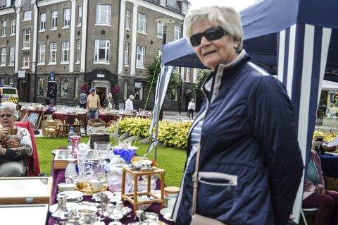 PÅ LETING: Brit Aarhus håpet å finne noen unike gjenstander på bruktmarkedet.