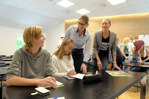 Lærer personlig økonomi: Johan-Marthin Osmundsen (15), Victoria Katharina Gran (14), begge elever ved Andebu ungdomsskole, får nyttige tips av finansiell rådgiver Astrid Sørsdal Fodnæss i Andebu Sparebank og Ingrid Skjold Skaugerud fra Ungt Entreperenørskap Vestfold.
