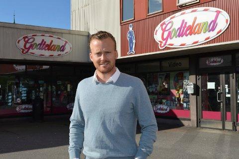 DAGLIGVAREBUTIKk:  Her - i de gamle lokalene til Godteland - blir det Joker-butikk i oktober, forteller gårdeier Andreas Bjarøy.
