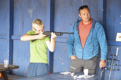 FULLT FOKUS: Endre Målland (12) var dypt fokusert da han skulle treffe blink med luftgevær. – De store plastballene var det morsomste, sier han. Alle foto: Hanne B. Olsen