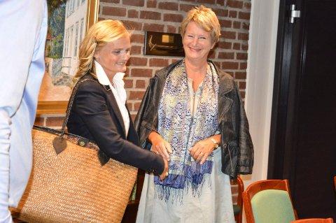 FØRSTE MØTE: Varsler og kommuneadvokat Miriam Schei (t.v.) og rådmann Gudrun Grindaker har ikke truffet hverandre på mange måneder. Onsdag ettermiddag var de innkalt til møte med blant annet ordføreren.