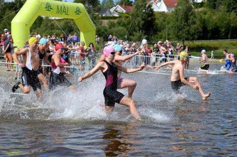 20 ÅR: Gråtassen Triathlon runder 20 år i år. Det skal markeres under konkurransedagen 4. august. Da skal også NM i terrengtriatlon arrangeres. Med andre ord blir det yrende liv i Kodal den første lørdagen i august. Dette bildet viser noen av fjorårets deltakere.