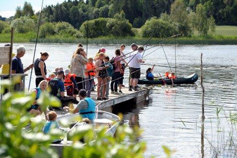 STEMNING: Gratisarrangementet for barn i regi av Sandefjord jeger- og fiskerforening trakk mange til Goksjø for å fiske fra land og båt.