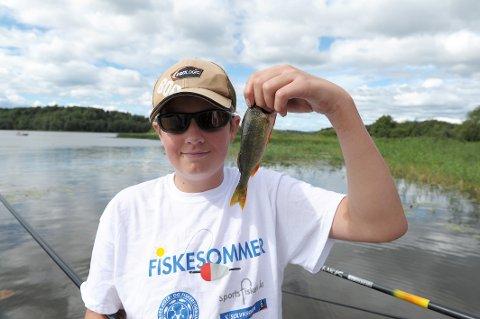 GLAD I FISK: Lars Magnus Bjørnstad (14) fisker mye, og han liker å hjelpe andre som ikke er så erfarne.
